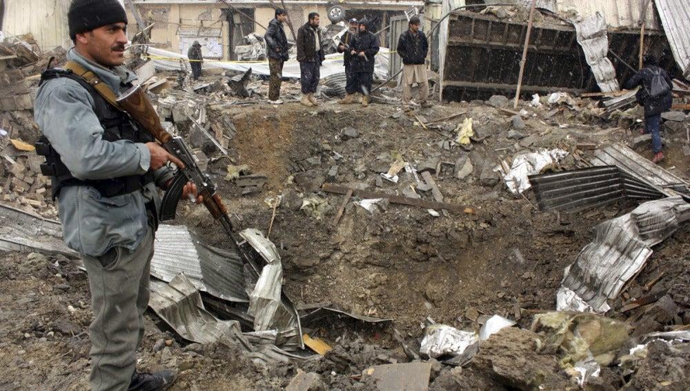 Soldados de EEUU y oficiales afganos aseguran los alrededores del escenario del atentado