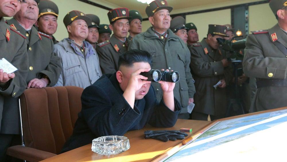 Kim Jong-un examina unas maniobras en Corea del Norte.
