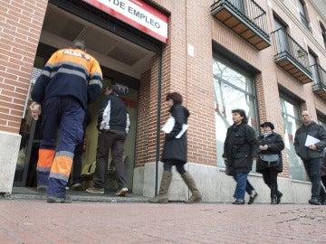 Cola ante una oficina de Empleo de Alcalá de Henares