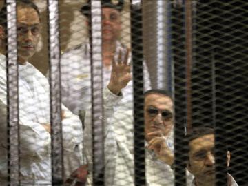 El expresidente egipcio Hosni Mubarak detrás de las rejas de su celda