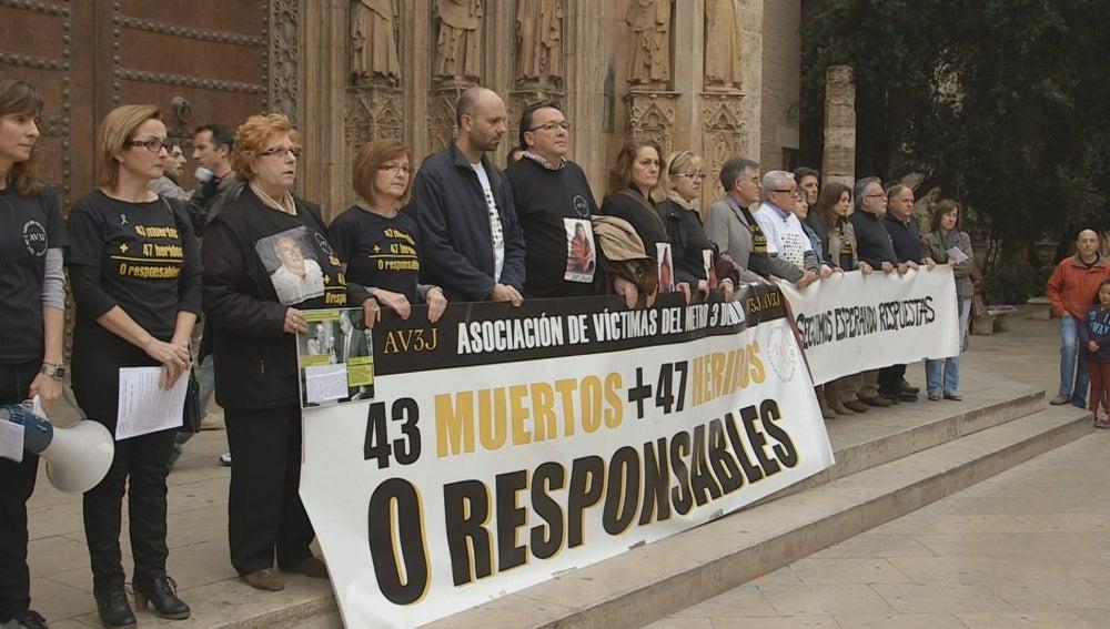 Concentración de los familiares de las víctimas del metro de Valencia en la Plaza de la Virgen, Valencia