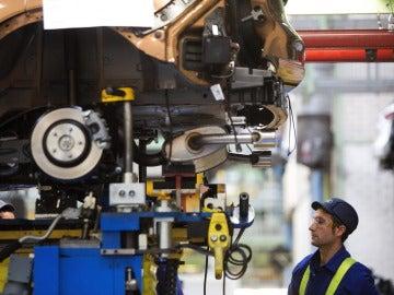 Un trabajador en la cadena de montaje de Ford