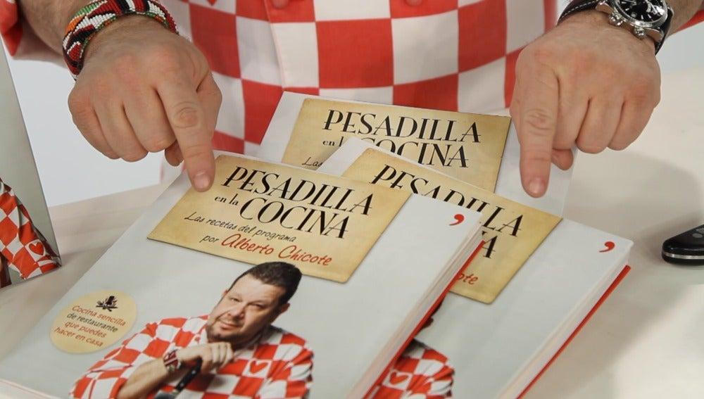 Alberto Chicote, junto al libro del programa Pesadilla en la cocina
