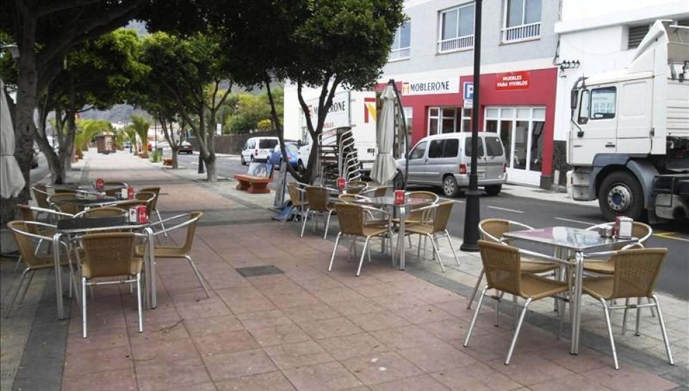 Una terraza con mesas vacías