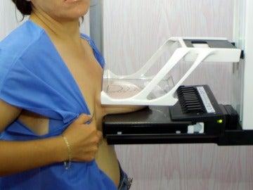 Mujer realizándose una mamografía