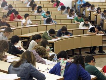 Estudiantes realizan un examen