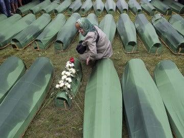 Una mujer llora la muerte de un recién nacido en el genocidio de Srebrenica.