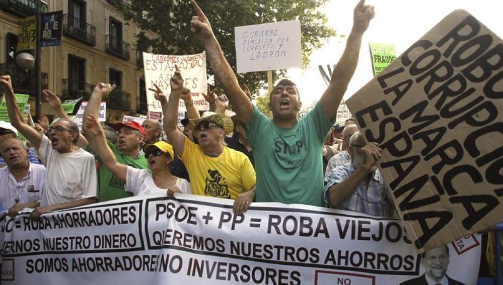 Varias personas sostienen pancartas durante la concentración