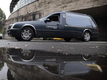 Un coche fúnebre en el pabellón Multiusos Fontes do Sar