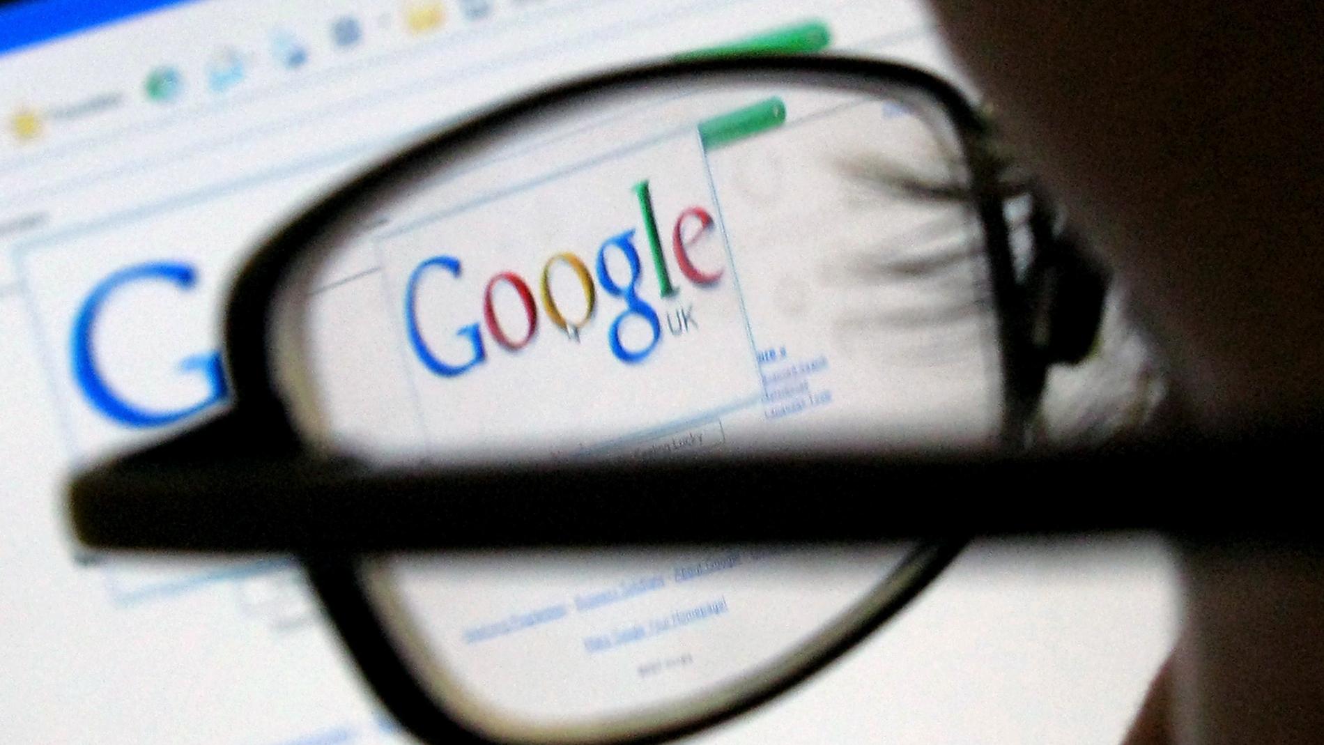 Una mujer busca en Google