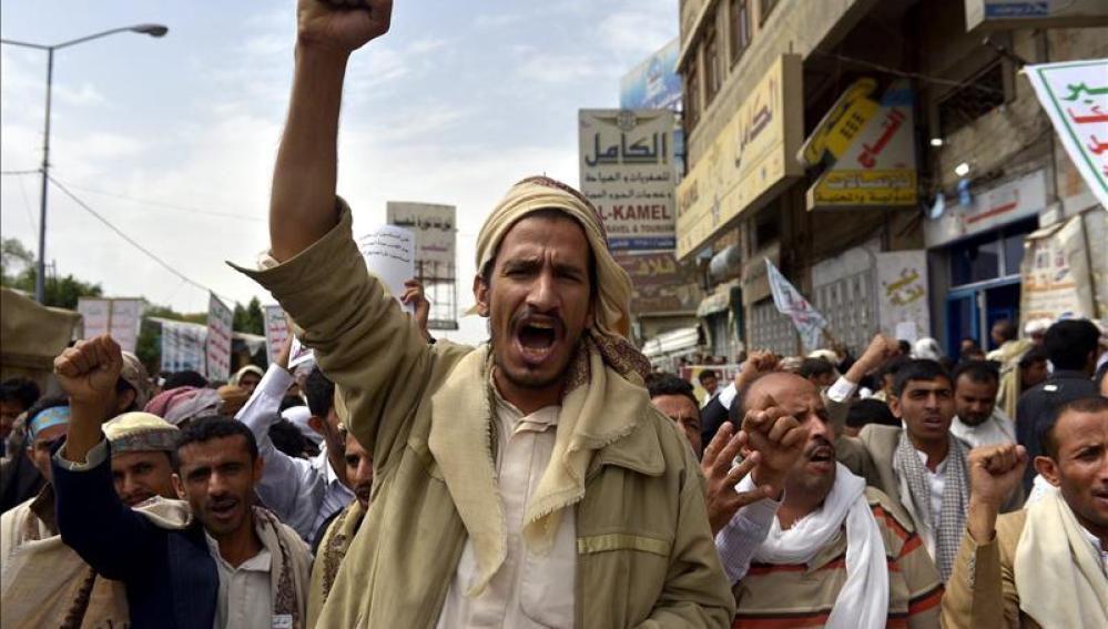Varios musulmanes gritan consignas durante una protesta contra Israel, en Saná, Yeme