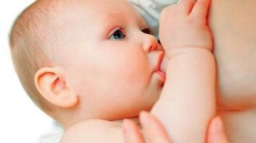 Un bebé durante la lactancia