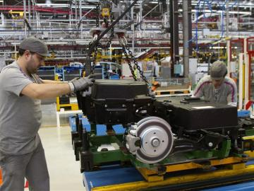Dos trabajadores en una fábrica