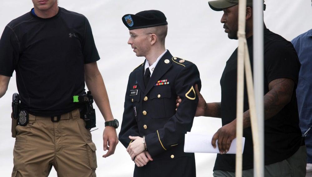 El soldado estadounidense Bradley Manning sale del juicio en Fort Meade, Maryland.
