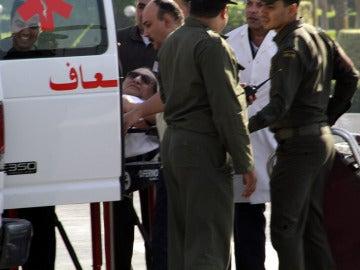 El expresidente egipcio Hosni Mubarak llega en camilla al hospital militar de Maadi.