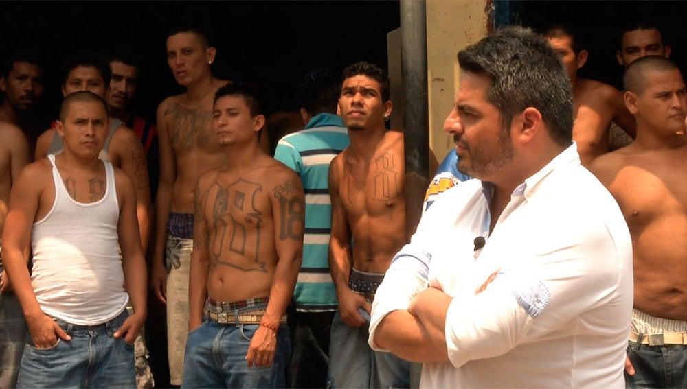 Jalis de la Serna en una cárcel de El Salvador