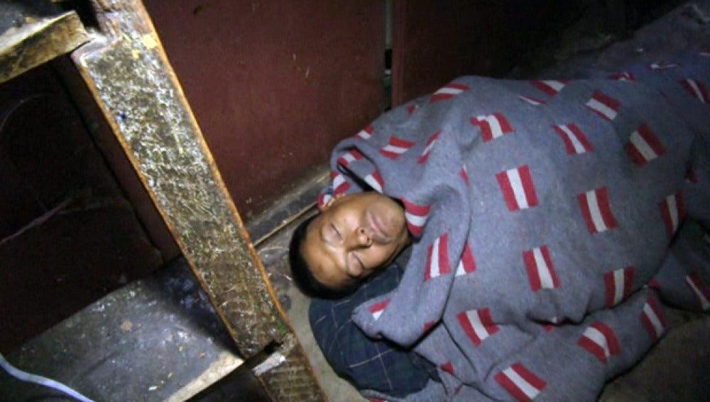 Presos duermen en el suelo