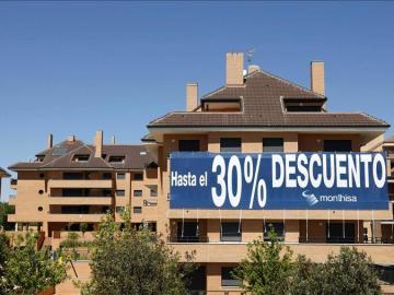 Anuncio de venta de viviendas con descuentos.