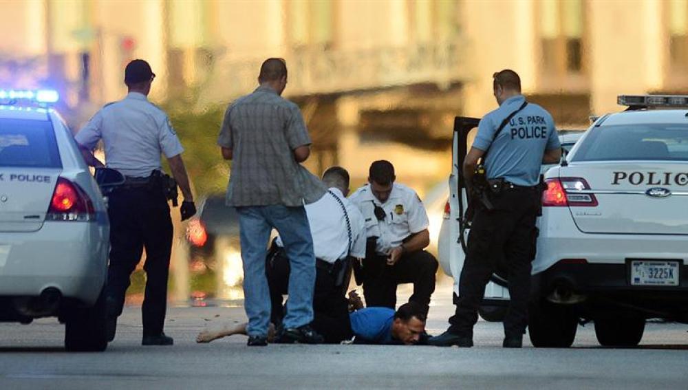 Oficiales del Servicio Secreto detienen a un hombre frente a la Casa Blanca