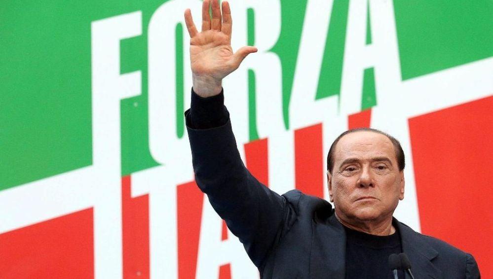 Berlusconi ante un cartel de Forza Italia (Archivo)