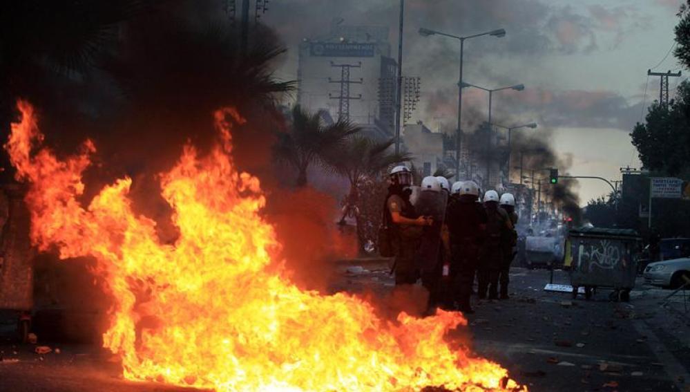 Manifestantes antifascistas contra antidisturbios en Grecia