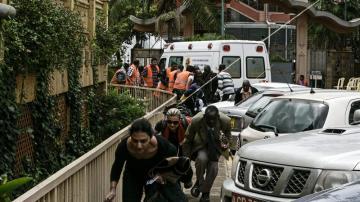 Varias personas huyen de los disparos de distintas armas que aun se oyen en el centro comercial de Westgate