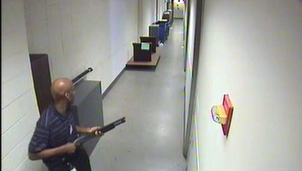 Imagen del francotirador difundida por el FBI