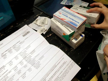 Una persona adquiere varios fármacos en una farmacia de Barcelona. EFE/Archivo