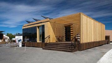 La casa del proyecto SML system. A la izquierda se puede ver una de sus fachadas cubierta de paneles solares