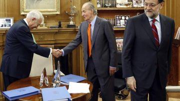 El rey Juan Carlos saluda al ministro de Asuntos Exteriores, José Manuel García-Margallo