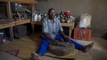 El curandero Ephriem Dube vive con VIH y recibe tratamiento con antirretrovirales