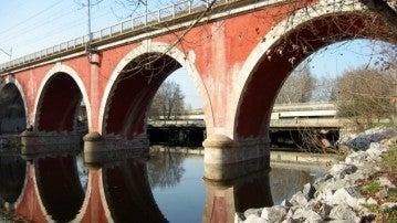 El río Manzanares a su paso bajo el Puente de los Franceses, en Madrid