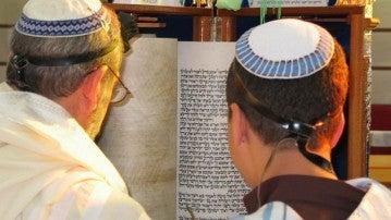 Dos judíos leyendo la Torah según la costumbre sefardí
