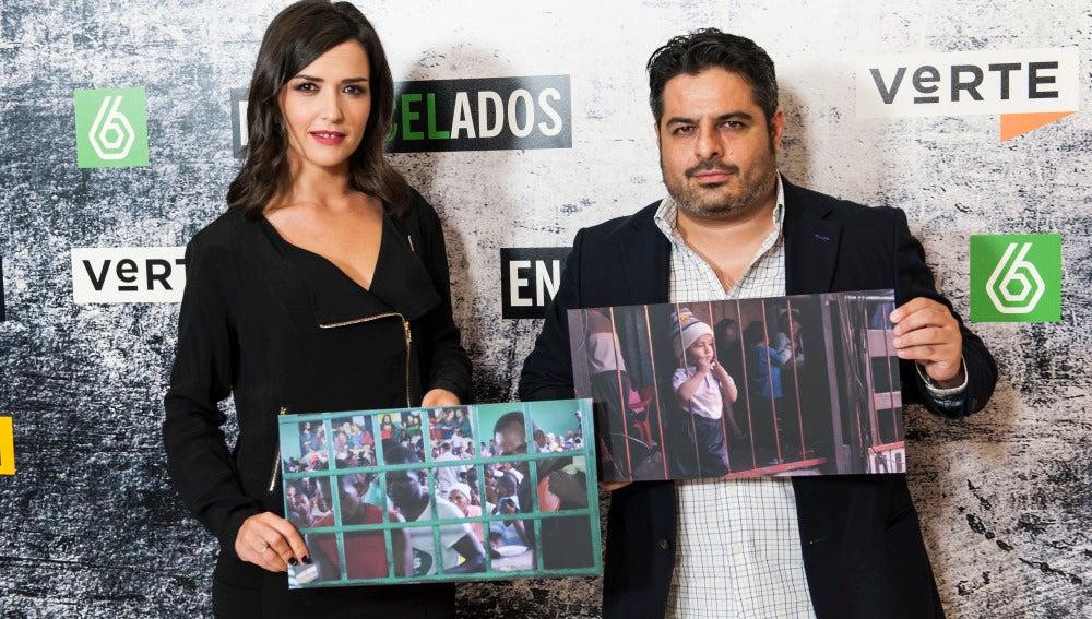 Alejandra Andrade y Jalis de la Serna con dos fotografías de la exposición