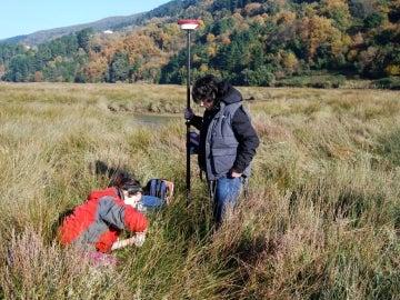 El equipo de Cearreta toma muestras en la marisma de Urdaibai