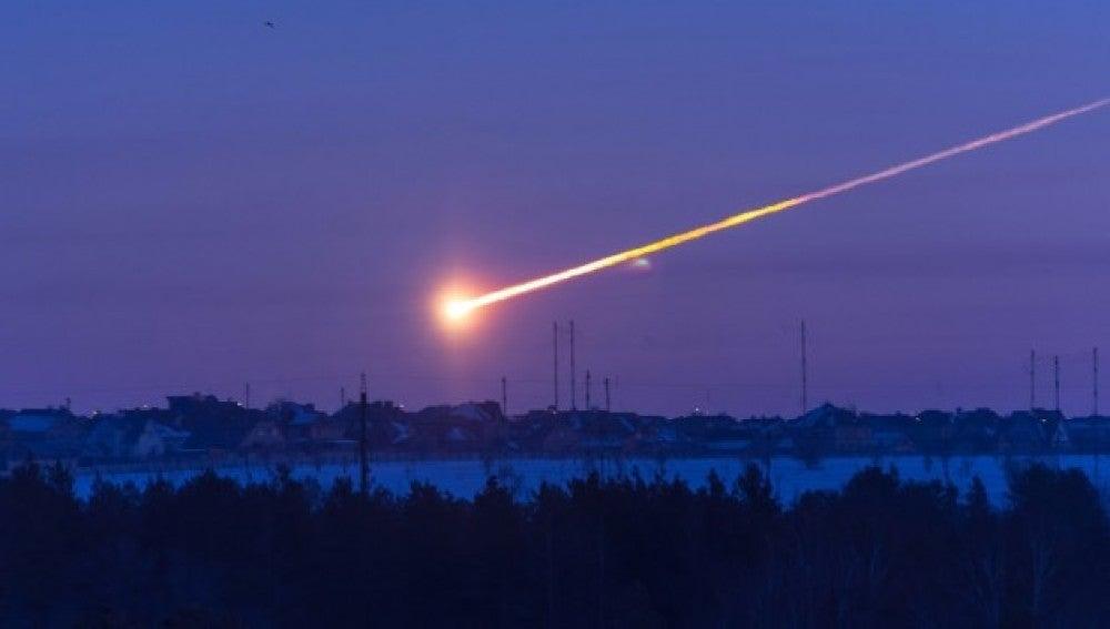 Imagen de un meteorito cayendo en Cheliábinsk, Rusia, en 2013