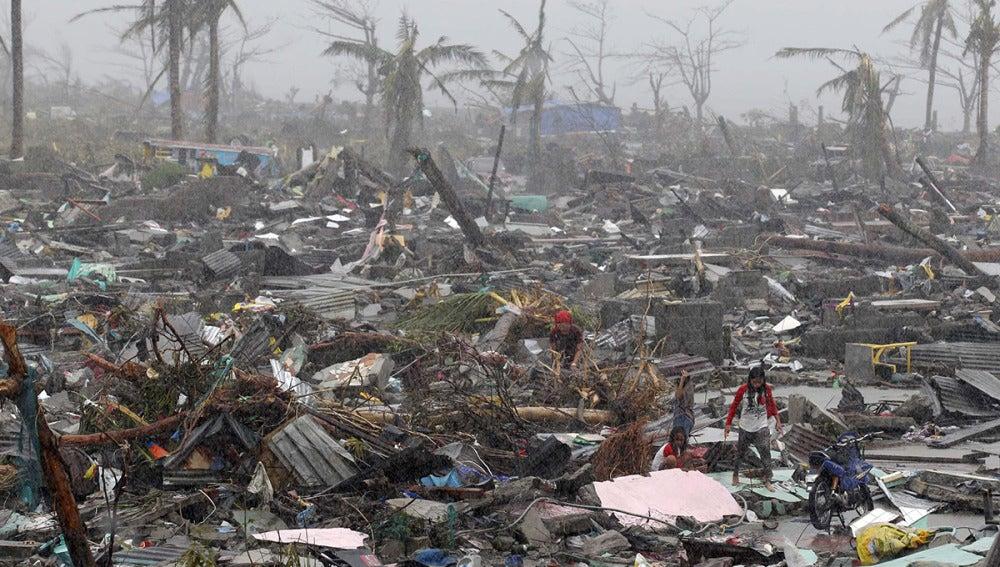 Devastación provocada por el paso del tifón Haiyan en la ciudad de Tacloban, Filipinas