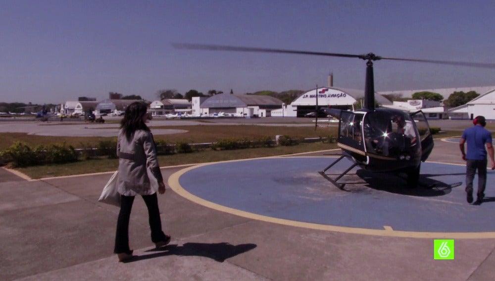 Alejandra Andrade se sube a un helicóptero
