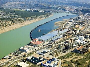 Vista aérea de los trabajos de descontaminación frente a la fábrica de Ercros