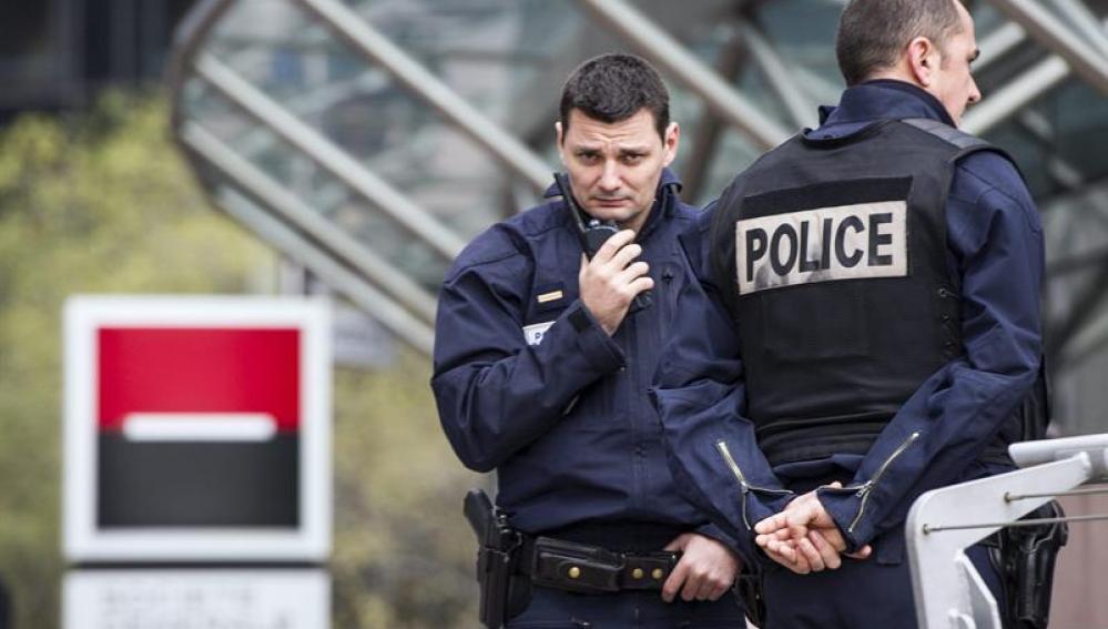 Dos agentes de policía custodian la entrada de las torres de Societé Général en París