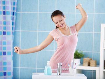 Adolescente en el cuarto de baño