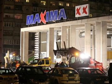 Al menos 16 personas han  muerto al derrumbarse el techo de un centro comercial en Riga