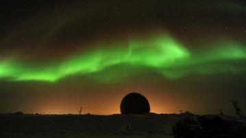 El bombardeo de partículas solares, al chocar con el campo magnético de la Tierra, genera las espectaculares auroras boreales