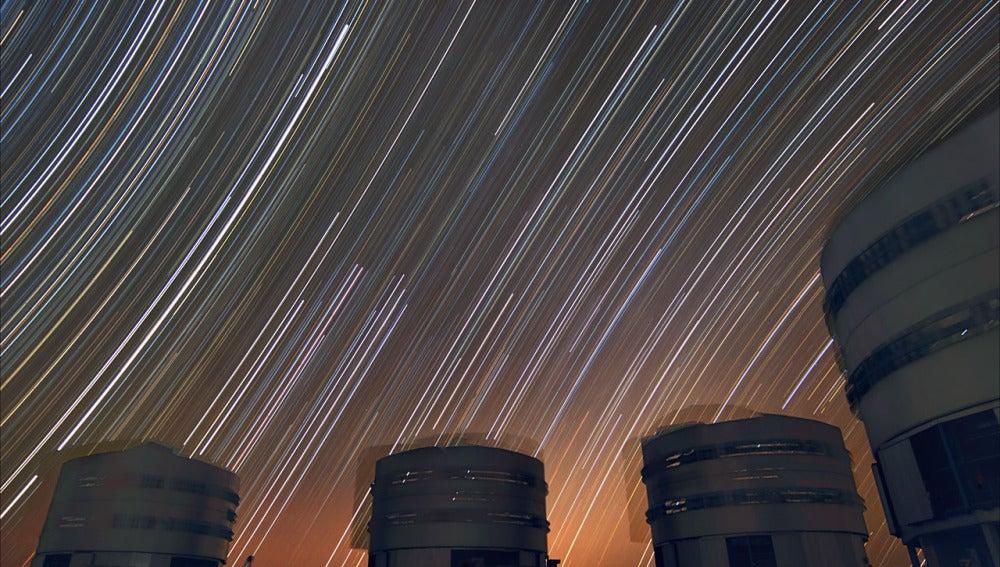 Imagen de los telescopios del VLT sobre un cielo de trazas estelares que muestran los arcos sobre el Sur (izquierda), sobre el Norte (derecha) y sobre el ecuador celeste (centro)