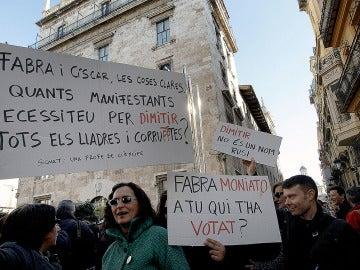 Cientos de trabajadores de RTVV protestaron ante el Palau de la Generalitat