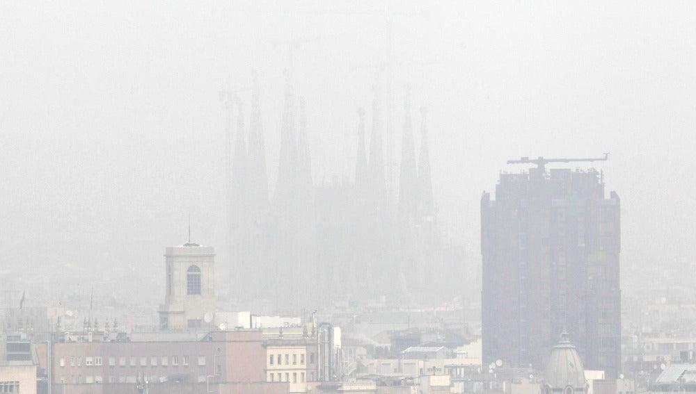 Barcelona bajo una densa capa de contaminación