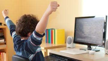 Un niño pequeño frente a su ordenador