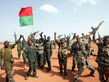 Soldados sudaneses ondean una bandera nacional en la zona de Heglig (Sudán)