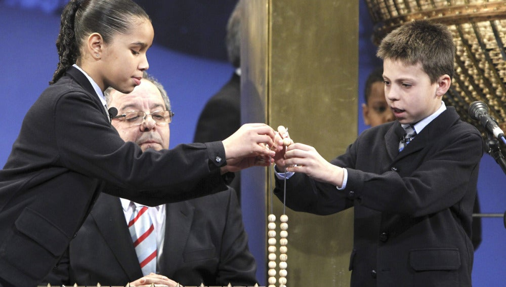 Isabel Flores e Isaac Patricio cantan el quinto premio