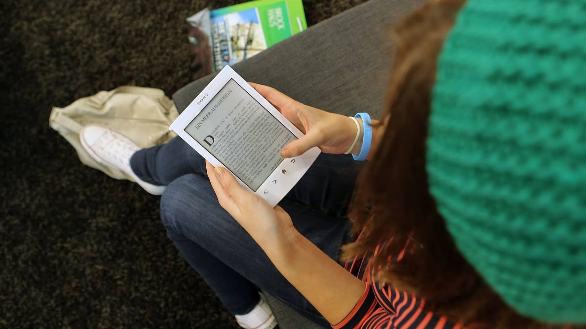 Una persona lee un e-book desde su e-reader